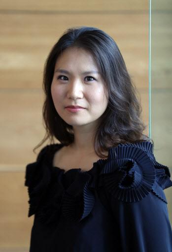 Author Kim Hena, winner of the Soorim literary award (Yonhap)