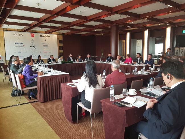 Cultural figures from around the world discuss the uniqueness of Korean culture and how to communicate it at the Culture Communication Forum 2016 held at the Grand Hyatt Seoul on Tuesday. (Rumy Doo/The Korea Herald)