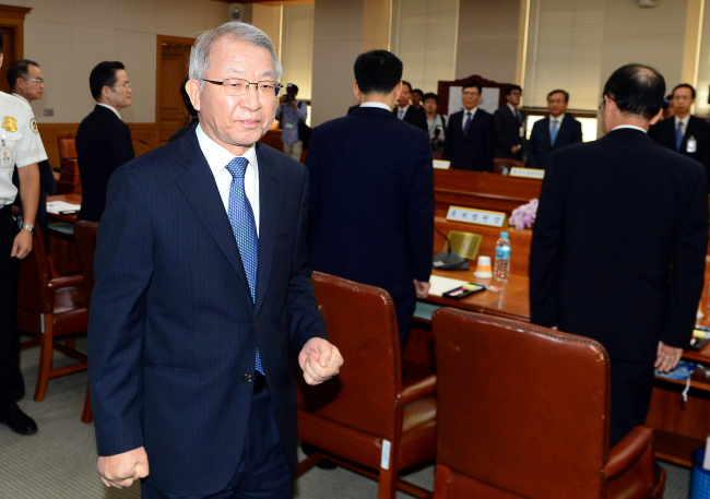 Yang Sung-tae, chief justice of the Supreme Court, leaves an emergency meeting Tuesday after delivering an apology over the recent series of corruption scandals involving senior judicial officials. Yonhap