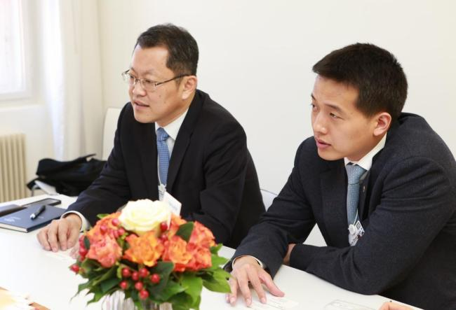 Hanwha Group heir-apprent and Hanwha Q Cells chief strategy officer Kim Dong-gwan (right) and the company's CEO Kim Hee-cheul.