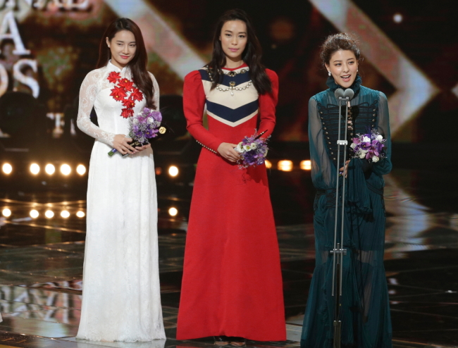Japanese actress Mina Fujii (right), speaks as Singaporean actress Rebecca Lim (center), and Vietnamese actress Nha Phuong Tran listen after winning the Asian female star prize awards at the Seoul International Drama Awards in Seoul, Thursday. (AP-Yonhap)