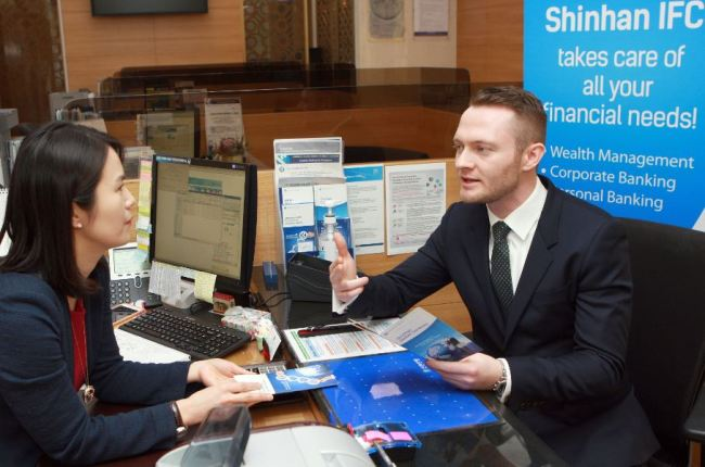 A Shinhan International Finance Center employee consults a foreign customer. (Shinhan Bank)