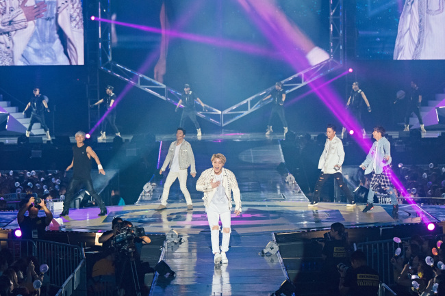"""First-generation K-pop boy band Sechs Kies performs at its comeback concert --""""2016 Sechs Kies Concert Yellow Note"""" -- at the Olympic Park Gymnastics Stadium on Saturday. (YG Entertainment)"""