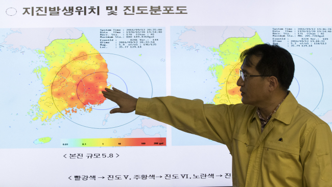 A Korea Meteorological Administration official explains the epicenter of the record magnitude-5.1 earthquake at the agency's office, Monday. (Yonhap)