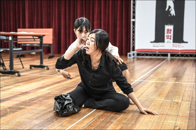 """Actress Choi Na-rah (front) and Lee Ji-yeon rehearse scenes from """"Ham-ick"""" during a press rehearsal at the Sejong Center in Seoul on Thursday. (Sejong Center)"""