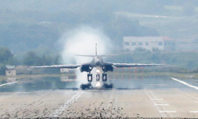 US strategic bomber B-1B Lancer lands Wednesday on Osan Air Base at Pyeongtaek, Gyeonggi Province. / Yonhap