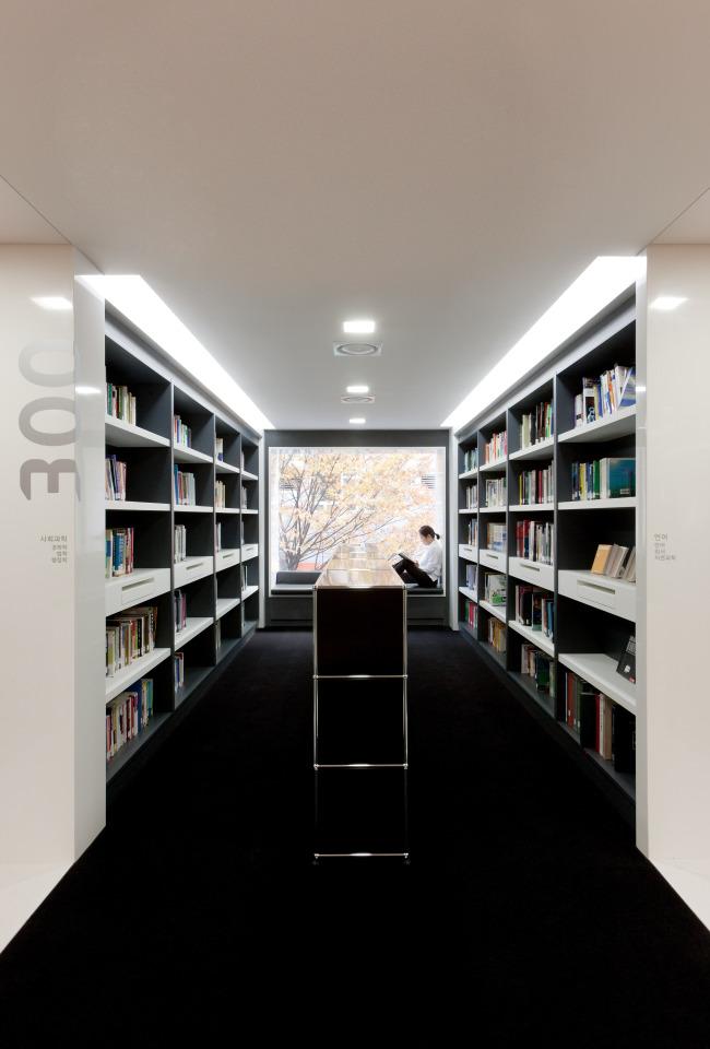 A library located inside Hyundai Card Hyundai Capital Headquarter 2 in Yeouido, Seoul(Spackman Associates)