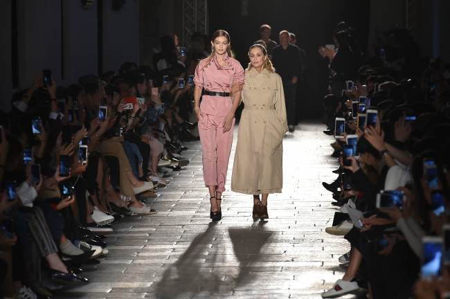 Model Gigi Hadid (left) and actress Lauren Hutton present creations for fashion house Bottega Veneta during the 2017 women's spring-summer collections shows at Milan Fashion Week on Saturday. (Yonhap-AFP)