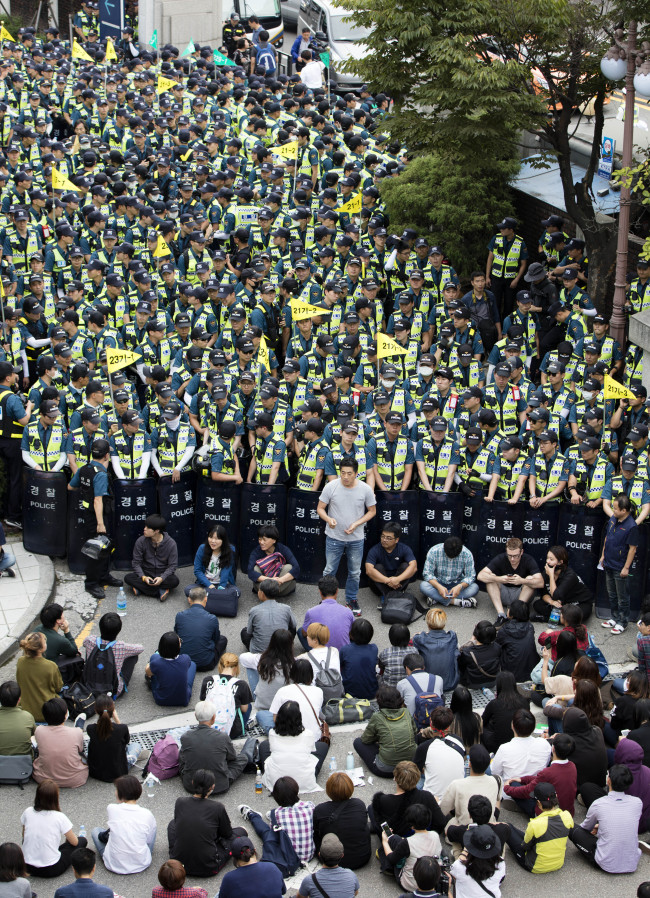 Citizens protest against autopsy of farmer Baek Nam-ki, who fell unconscious last year after being struck by a water cannon and died Sunday, in a demonstration in front of the Seoul National University Hospital. (Yonhap)