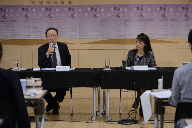 Seoul Philharmonic Orchestra CEO Choe Heung-sik (left) and newly appointed Artistic Adviser Chin Un-suk speak during a press conference held at the Sejong Center in Seoul on Wednesday. (Seoul Philharmonic Orchestra)