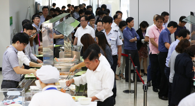 The cafeteria at the Education Ministry in Sejong City is crowded with officials during lunch hours Wednesday, when the anti-solicitation act came into effect. (Yonhap)