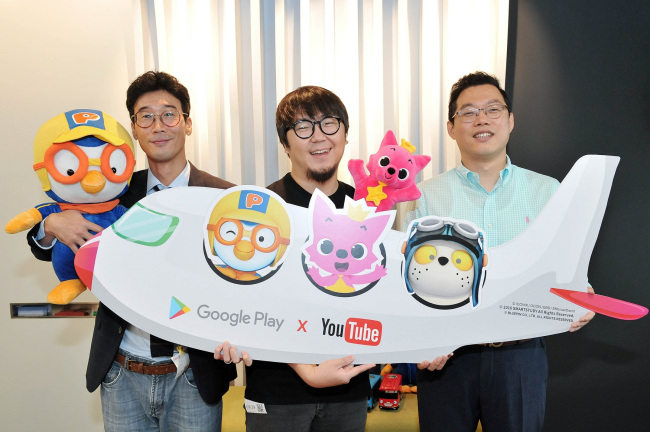 Iconix manager Lee Jong-yoon (left), SmartStudy Vice President Park Hyun-woo (center) and Bluepin CEO Kim Jung-soo pose during a media event hosted by Google Korea in Seoul, Thursday. (Google Korea)