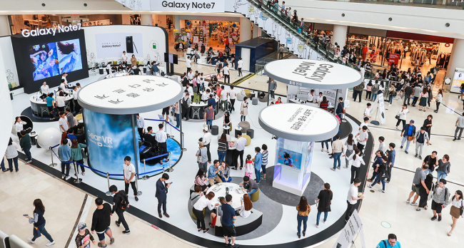 Samsung Electronics opens Galaxy Note 7 experience zones at several shopping malls in Seoul over the weekend since the phone sales have resumed. Samsung Electronics