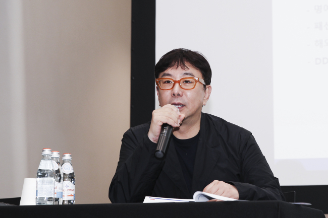 Jung Ku-ho, executive director of Seoul Fashion Week, speaks at a press conference held at Dongdaemun Design Plaza in Seoul on Wednesday. (Seoul Design Foundation)