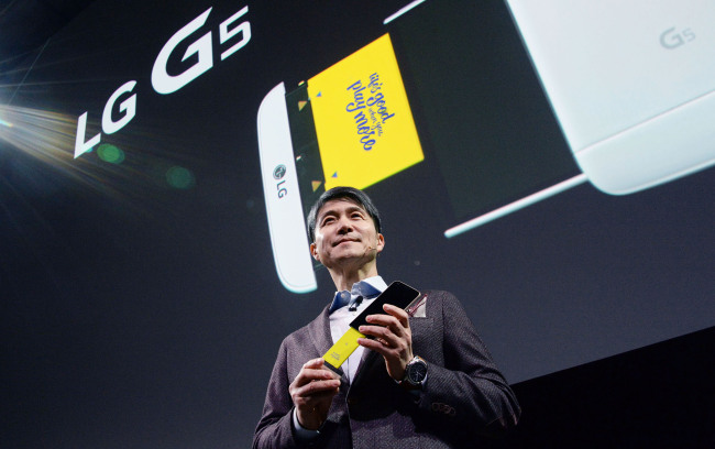 LG Electronics mobile chief Cho Juno poses with the company's latest flagship G5 modular smartphone at the launch event held in February.