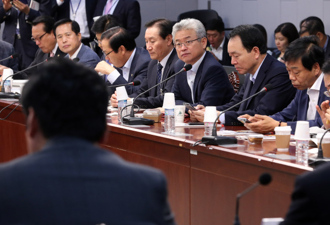 Rep. Lee Chul-woo (center) and lawmakers from the ruling Saenuri Party discuss solutions to North Korea's nuclear weapons program in a forum held at the National Assembly in Seoul on Wednesday. (Yonhap)