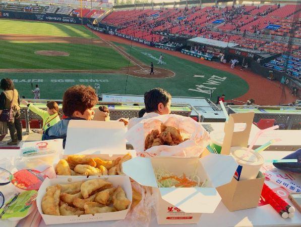 Photos of baseball stadium food shared on social media (courtesy of @dencihinjii. Instagram)