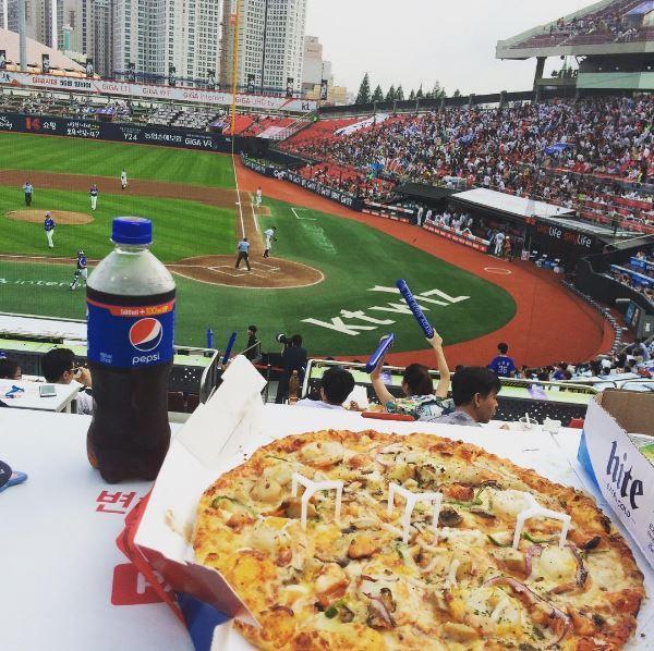 Photos of baseball stadium food shared on social media (courtesy of @nailshop_suart. Instagram)