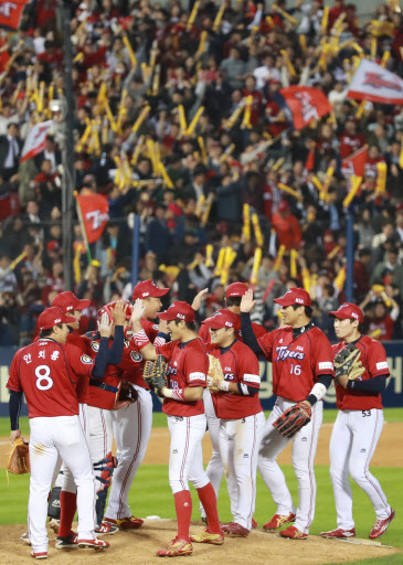 Kia Tigers players celebrate their victory in the first round of Korean baseball wild card match Monday. Yonhap.