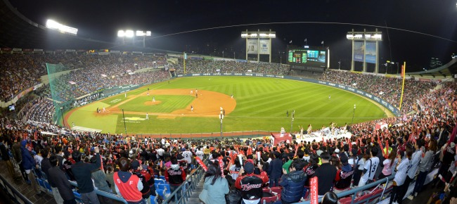 The LG Twins fans attended at Jamsil Stadium in Seoul to watch the game. (Yonhap)