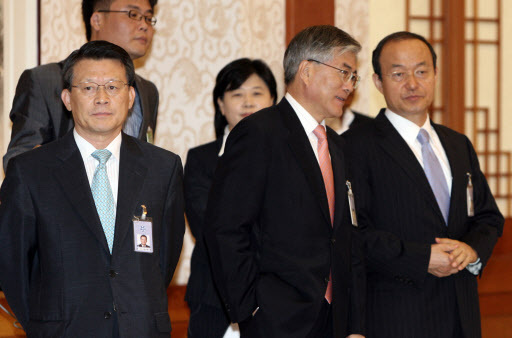 Moon Jae-in (center) conserves with Song Min-soon (right) in this file photo from April 2007. (Yonhap)