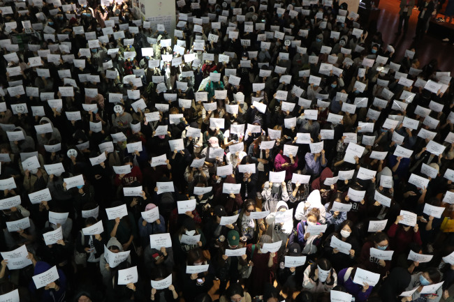 Students of Ewha Womans University stand in protest at the school campus in Seoul on Oct. 17, demanding that university chief Choi Kyung-hee resign.(Yonhap)