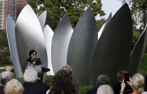 """Yoko Ono speaks during a dedication ceremony for her permanent art installation, a sculpture called """"Skylanding"""" in Chicago on Monday. (AP-Yonhap)"""