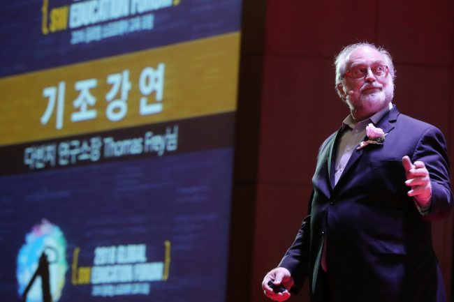 Futurist Thomas Frey, founder of US think tank DaVinci Institute, delivers a keynote speech on decoding future education at an education forum at Coex, southern Seoul, Monday. The forum, hosted by the Ministry of Science, ICT and Future Planning and the Ministry of Education, invited software education experts from advanced economies including the US, the UK, New Zealand and Finland to offer insights to Korean teachers and students. (Yonhap)