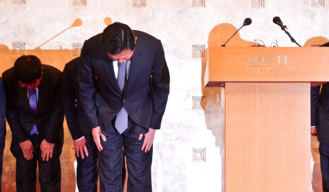 Lotte Group Chairman Shin Dong-bin apologizes at a press conference at Hotel Lotte in central Seoul on Oct. 25. Lee Sang-sub/The Investor