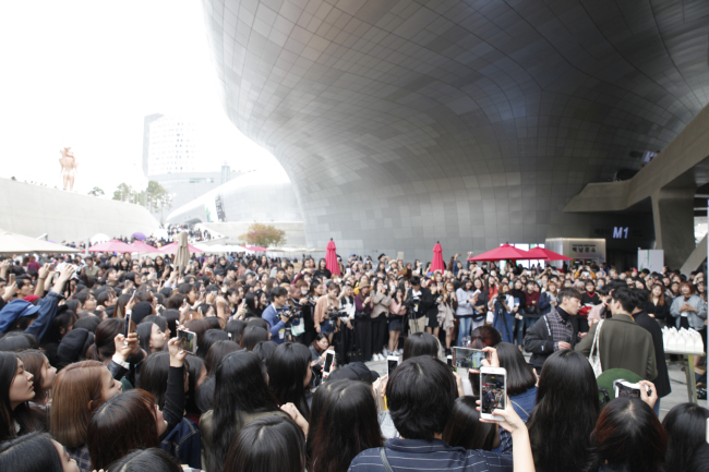 A view of the crowd at 2017 S/S HERA Seoul Fashion Week, which was held at Dongdaemun Design Plaza in Seoul from Oct. 17 to 22 (Seoul Fashion week)
