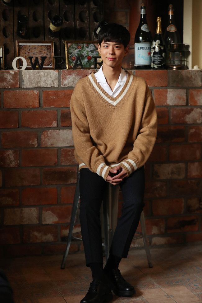 Actor Park Bo-gum poses for a photo at a cafe in Samcheong-dong, northern Seoul, Wednesday before a press interview. (Yonhap)