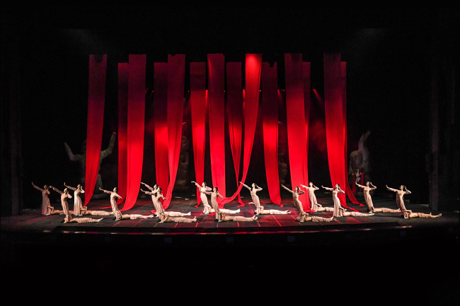 """A scene from the Seoul Metropolitan Dance Theater's contemporary ballet production """"Sin-Si, the Festival of the Sun."""" (Sejong Center)"""