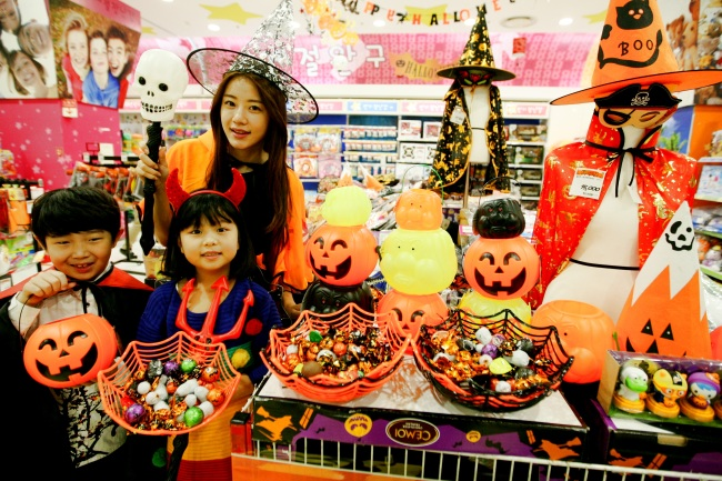 Models present various Halloween-themed products at Lotte Mart in Guro, Seoul. (Lotte Mart)