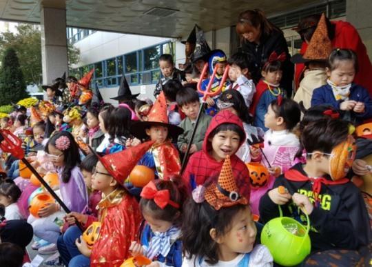 Children dressed in Halloween costumes (Yonhap)