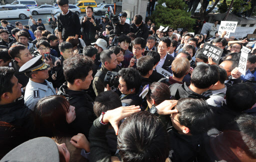 Civic activists block police from entering the Seoul National Hospital's funeral building in Seoul on Tuesay. (Yonhap)