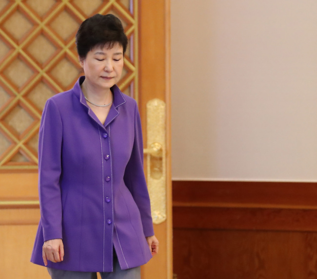 President Park Geun-hye makes her way to offer certificates of appointment to newly-appointed ambassadors on Friday afternoon, hours before calling for the mass resignation of her senior secretaries. Yonhap