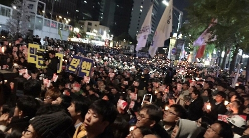 Thousands of people attend a protest rally in downtown Seoul on Saturday evening. (Yonhap)