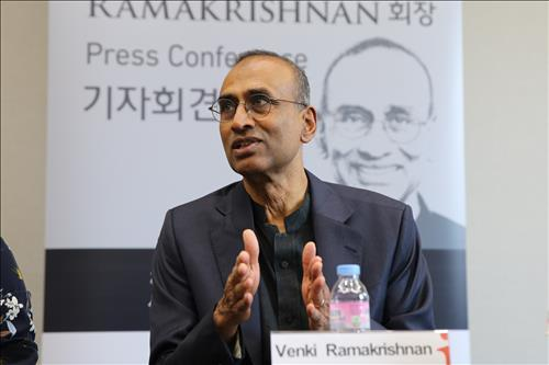 Venkatraman Ramakrishnan, president of the Royal Society of London for Improving Natural Knowledge, talks to reporters on Oct. 28, in Seoul. (Yonhap)
