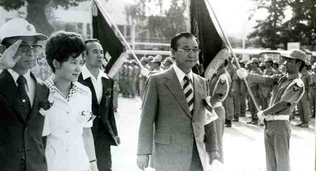 This file photo dated June 21, 1975, shows President Park Geun-hye, then 23-years old and acting as the first lady after her mother's assassination, attending an event to celebrate the foundation of a voluntary corps associated with a religion that Choi Tae-min created. Seen in the left is Choi. (Yonhap)