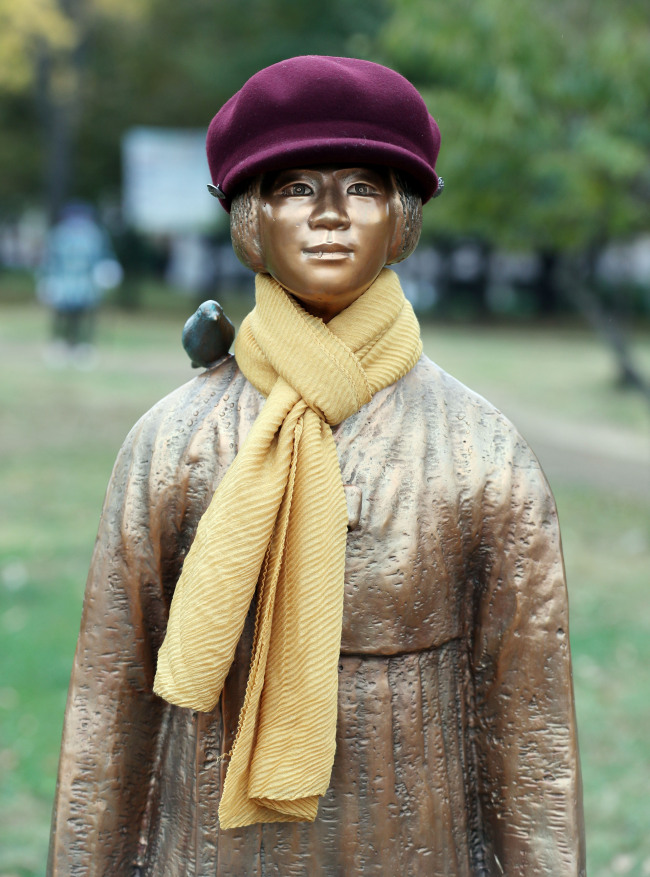 "A ""comfort woman"" monument is seen with a scarf and hat, as temperatures hit a low of 8 degrees Celsius in Incheon and surrounding areas Monday. (Yonhap)"