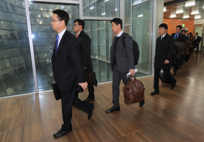 Special inspectors dispatched by the Education Ministry enter a building at Ewha Womans University in Seoul on Monday for a two-week on-site investigation. The university is suspected of providing preferential treatment to Jeong Yoo-ra, the daughter of President Park Geun-hye's now infamous friend Choi Soon-sil. (Yonhap)