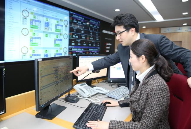 Asiana Airlines employees monitor aviation data via its newly deployed aviation safety management system named AASIS2, or Asiana Airlines Safety Information 2, at the company's safety control tower in Gangnam, Seoul, Tuesday. (Yonhap)