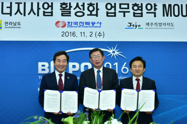 Korea Electric Power Corp. CEO Cho Hwan-eik (center) poses for a photo with South Jeolla Province Gov. Lee Nak-yeon (left) and Jeju Gov. Won Hee-ryong, after agreeing to facilitate renewable energy business in the regions at the Kim Dae-jung Convention Center in Gwangju, South Jeolla Province, Wednesday. (KEPCO)