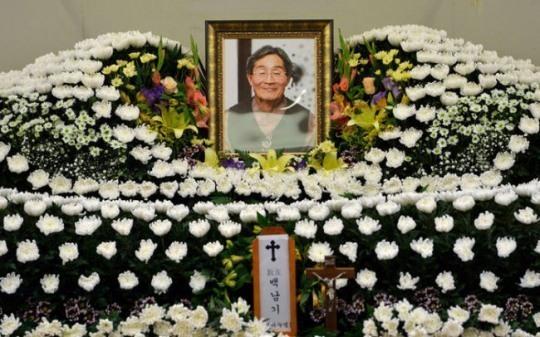 The funeral altar of Baek Nam-gi (Yonhap)