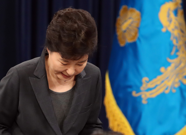 President Park Geun-hye apologizes to the public at a news conference on Friday. (Yonhap)