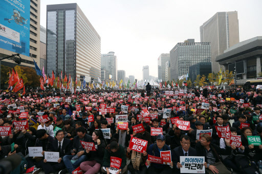 Tens of thousands of people gathered at Gwanghwamun Square, central Seoul, on Saturday to demand President Park Geun-hye step down over the influence-peddling scandal involving her confidante Choi Soon-sil. (Yonhap)