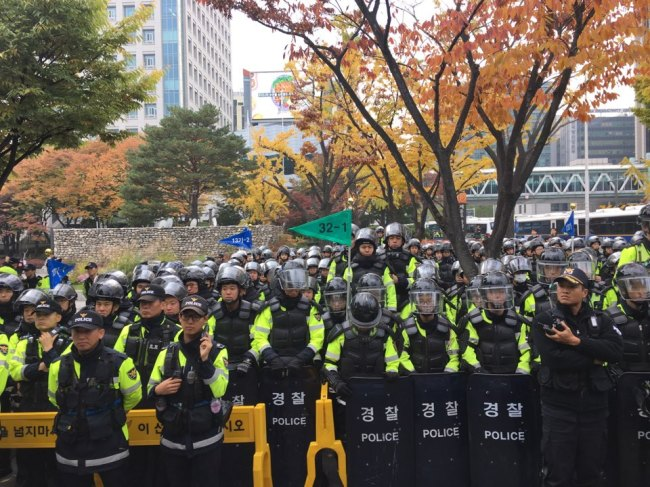 Police officers line up to stop protestors from marching toward the presidential office. (Ock Hyun-ju/The Korea Herald)