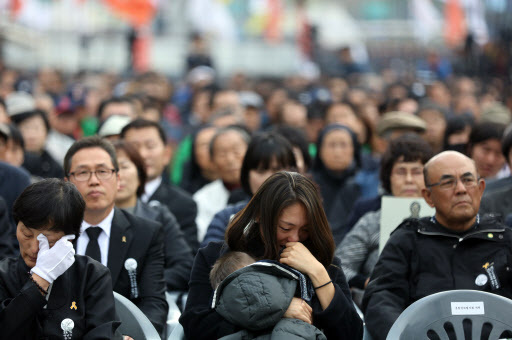 Bereaved families of Baek Nam-gi, a 69-year-old activst farmer, weep during a send-off ceremony held at Gwanghwamun Square, central Seoul, Saturday. (Yonhap)