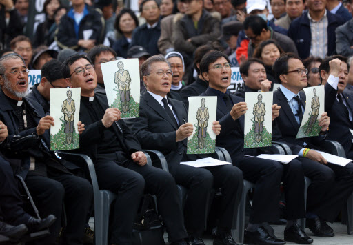 Opposition lawmakers including Rep. Moon Jae-in, Rep Choo Mi-ae and Rep. Park Ju-min of the Democratic Party of Korea attended the send-off ceremony for Baek Nam-gi held at Gwanghwamun Square, central Seoul, Saturday. (Yonhap)