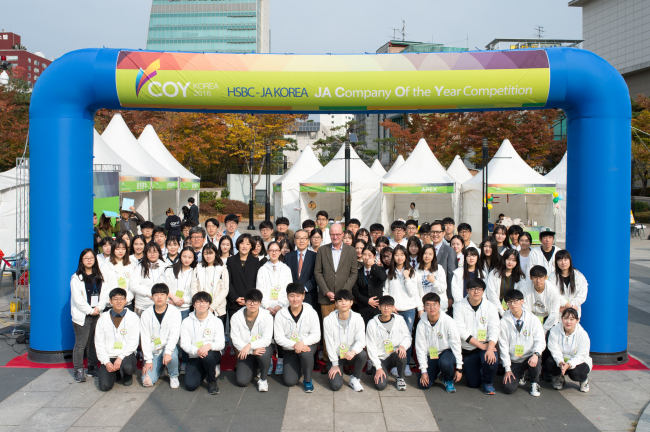 HSBC Korea CEO Martin Tricaud (center) and JA Korea CEO Kim Tae-joon (left of center) pose with Korean high schoolers who won an entrepreneurship competition at Olympic Parktel in Seoul on Saturday. The competition offers students a chance to experience running a business and selling products in the real market, the bank said. (HSBC Korea)